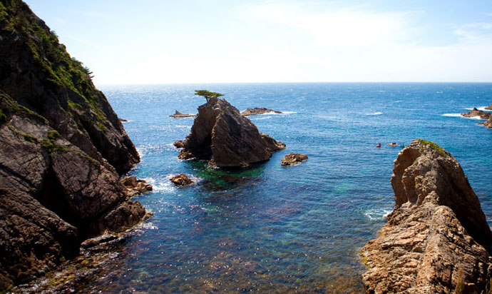 Uradome Beach (浦富海岸/San'in Kaigan Geopark) is a long area that lasts for 15 km.